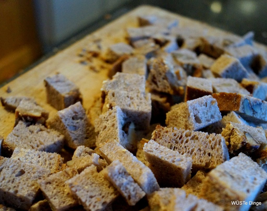 Brotmuffins - Brot würfeln