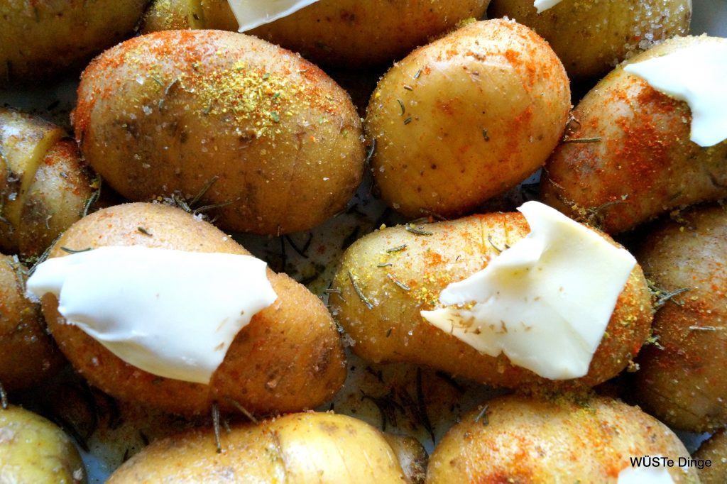 Hasselback-Kartoffeln-buttern